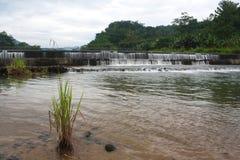 Fördämning för flodvatten för vattenförsörjning Arkivbild