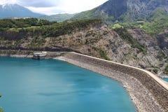 Fördämning i den konstgjorda sjön Serre-Poncon, Hautes-Alpes, Frankrike fotografering för bildbyråer