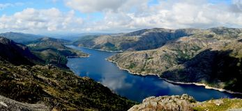 Fördämning i den Peneda Geres nationalparken Fotografering för Bildbyråer