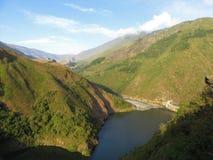 Fördämning och behållare på den Santo Domingo floden i de Anderna bergen av Venezuela arkivfoto