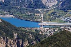 Fördämning och bro i sjön Serre-Poncon i Hautesen-Alpes, Frankrike royaltyfri bild