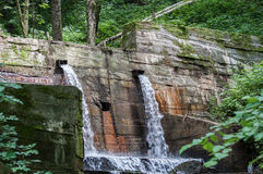 Fördämning och två vattenfall i skogen Fotografering för Bildbyråer