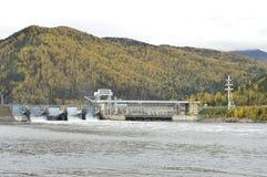 Fördämning och vattenkraftstation Breda, kraftiga stora Yenisei River royaltyfri foto
