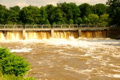 Fördämning på floden. Royaltyfri Foto