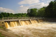 Fördämning på floden. Arkivbild