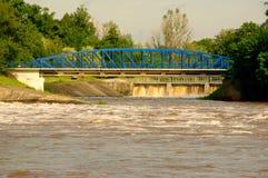 Fördämning på floden. Royaltyfri Bild