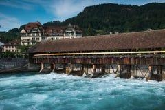 Fördämning på floden Aare i staden av Thun, Schweiz Royaltyfri Foto