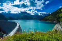 Fördämning på sjön Emosson nära Chamonix & x28; France& x29; och Finhaut & x28; Switzerland& x29; arkivfoton