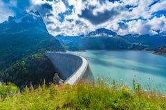 Fördämning på sjön Emosson nära Chamonix & x28; France& x29; och Finhaut & x28; Switzerland& x29; royaltyfri bild