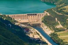 Fördämning Perucac på en Drina flod hydroelektriskt royaltyfri fotografi