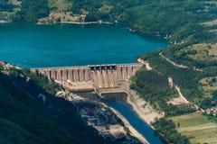 Fördämning Perucac på en Drina flod hydroelektriskt royaltyfria foton
