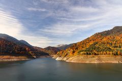 Fördämning sjö i de Carpathian bergen Arkivbilder