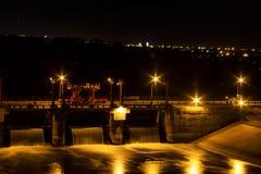Fördämning sjö vid natt royaltyfri bild