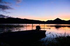 Fördämningar för lagring för solnedgånglandskapvatten royaltyfri fotografi