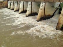 Fördämningar och watergate dämmer av hydroelektriskt arkivbild