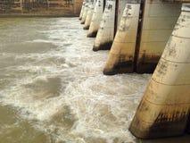 Fördämningar och watergate dämmer av hydroelektriskt arkivbilder