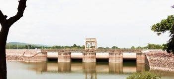 Fördämningbro över vattnet royaltyfri fotografi