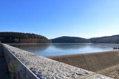 Fördämningdammbehållare Klingenberg i vinter i Tyskland, Sachsen fotografering för bildbyråer