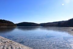 Fördämningdammbehållare Klingenberg i vinter i Tyskland, Sachsen arkivfoton