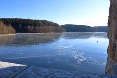 Fördämningdammbehållare Klingenberg i vinter i Tyskland, Sachsen royaltyfri bild