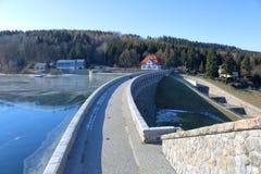 Fördämningdammbehållare Klingenberg i vinter i Tyskland, Sachsen royaltyfri foto