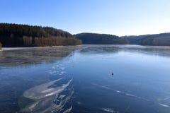 Fördämningdammbehållare Klingenberg i vinter i Tyskland, Sachsen arkivbild
