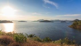 Fördämningen och sjön på solnedgångtid, i Thailand lager videofilmer