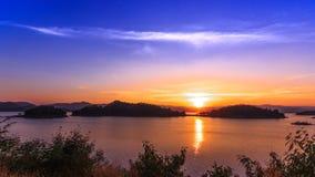 Fördämningen och sjön på solnedgångtid, i Thailand arkivfilmer