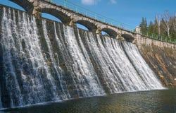 Fördämningen och vattenfallet på floden Lomnica Royaltyfria Bilder