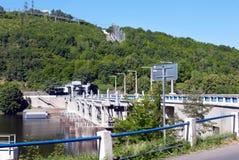 Fördämningen på floden Arkivbilder
