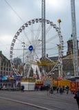 Fördämningfyrkant i Amsterdam med ferrishjulet av munterhet Luna Park i mitt Nederländerna Oktober 12, 2017 royaltyfri foto