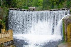 Fördämningvattenfall i nya Athos Royaltyfri Fotografi