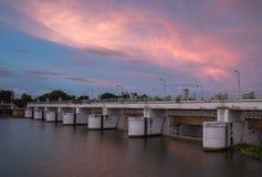 Fördämningvattenport på solnedgången Fotografering för Bildbyråer