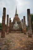 Fördärva av Buddha som framme sitter av en pagod med stenpelare Royaltyfria Bilder
