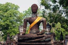 Fördärva av Buddhabild i Kamphaeng historiska Phet parkerar, Thailand Arkivbild
