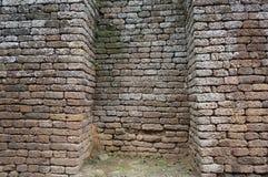 Fördärva av den forntida tegelstenväggen, Thailand Arkivfoton