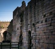 Fördärva av den gamla gardinväggen på den Newcastle slottuppehället, England royaltyfri bild
