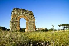 Fördärva av den roman acqueducten Acqua Claudia. Royaltyfria Bilder