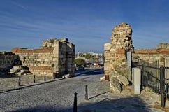 Fördärva av den västra den befästningväggen och ingången i den forntida staden Nessebar eller Mesembria på den Black Sea kusten royaltyfri fotografi