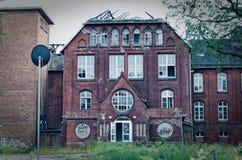 Fördärva av ett stort tegelstenhus efter en brand i loften för att klargöra stöld och vandalism för mordbrand för brandskada royaltyfria bilder