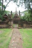 Fördärva av pagoden bak väggen, Thailand Arkivfoto