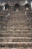 Fördärva av stentrappa och Buddhastatyer, Thailand Arkivbilder