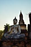 Fördärva buddha framme av pagoden Arkivfoton