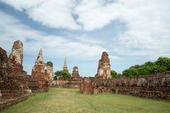 Fördärva i tempelkomplexet Wat Maha That Arkivbild