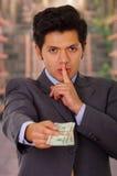 Fördärvad ung affärsman med några pengar från en skurk royaltyfri foto