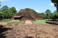 Fördärvagrunden av den huvudsakliga tegelstenstupaen av Khao Klang Nai, påverkan av Draravati kultur, 8th-9th århundrade A D arkivfoto