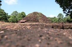 Fördärvagrunden av den huvudsakliga tegelstenstupaen av Khao Klang Nai, påverkan av Draravati kultur, 8th-9th århundrade A D royaltyfri bild