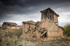 Fördärvar av övergav lantliga hus som göras av trä och lera i Navapalos Royaltyfri Fotografi