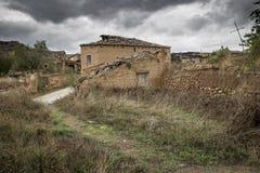 Fördärvar av övergav lantliga hus som göras av trä och lera i Navapalos, Soria, Spanien Royaltyfri Fotografi