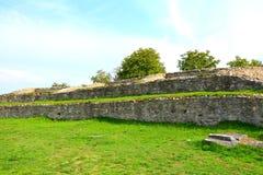 Fördärvar av amfiteater i Ulpia Traiana Augusta Dacica Sarmizegetusa Royaltyfri Foto